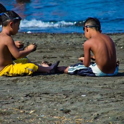 「浜辺の3兄弟」の写真素材