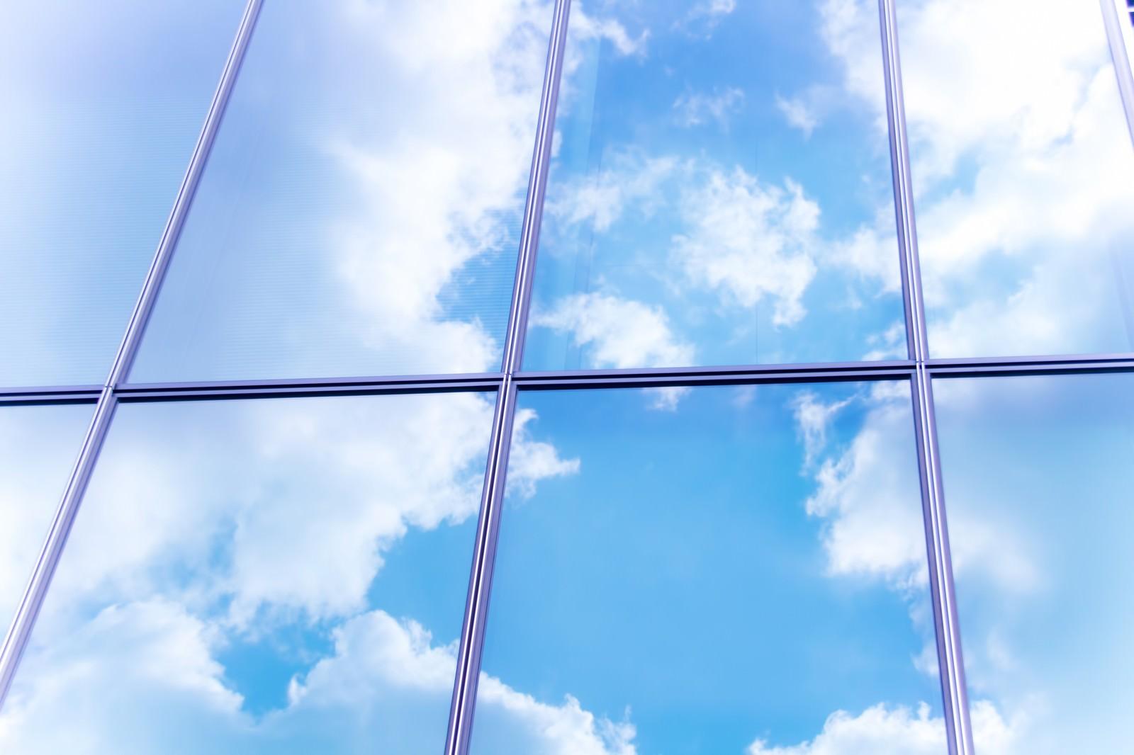 「窓に反射した青空」の写真