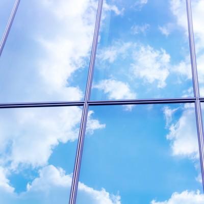 窓に反射した青空の写真