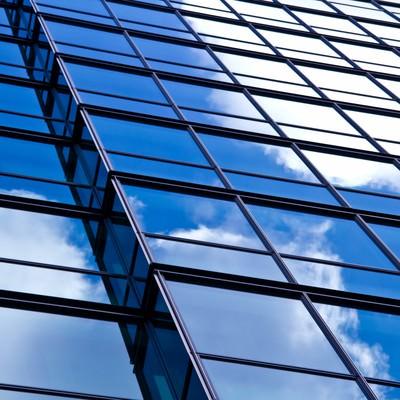 「反射された青い空」の写真素材