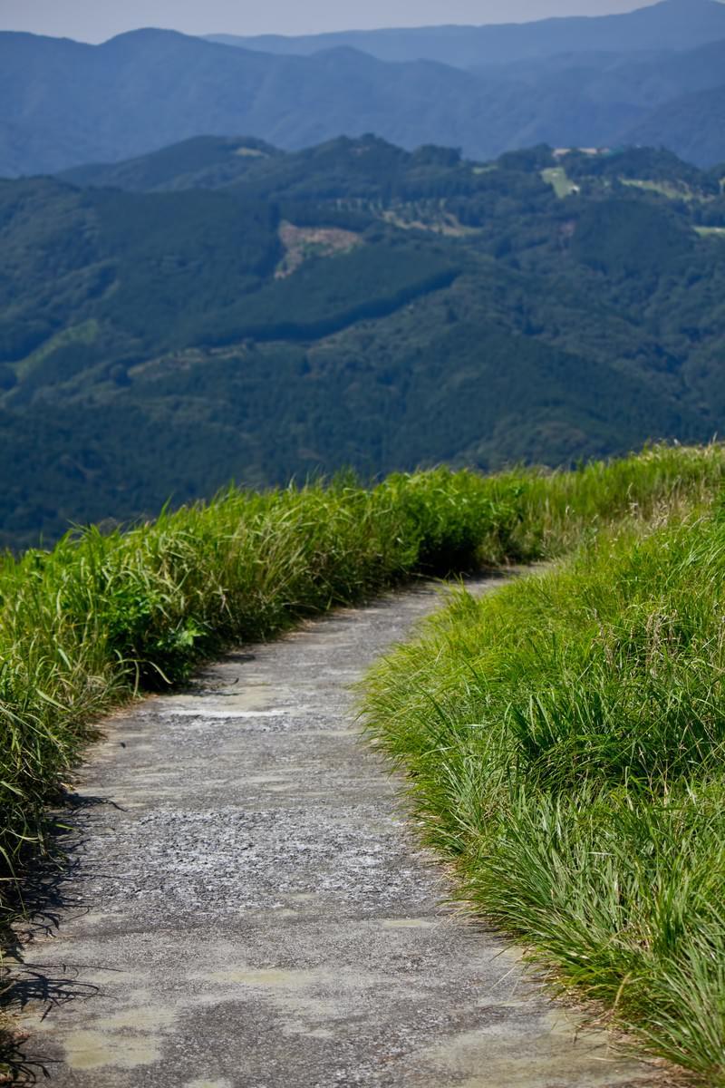 「小道と広がる山々」の写真