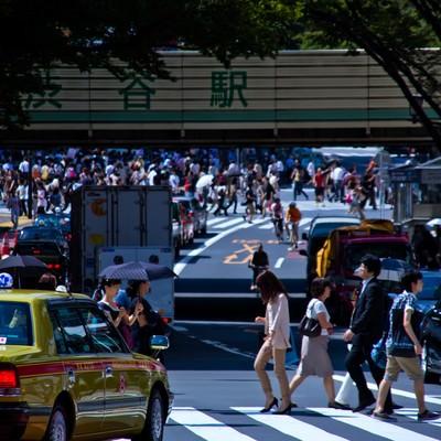 人が行き交う渋谷駅前の写真