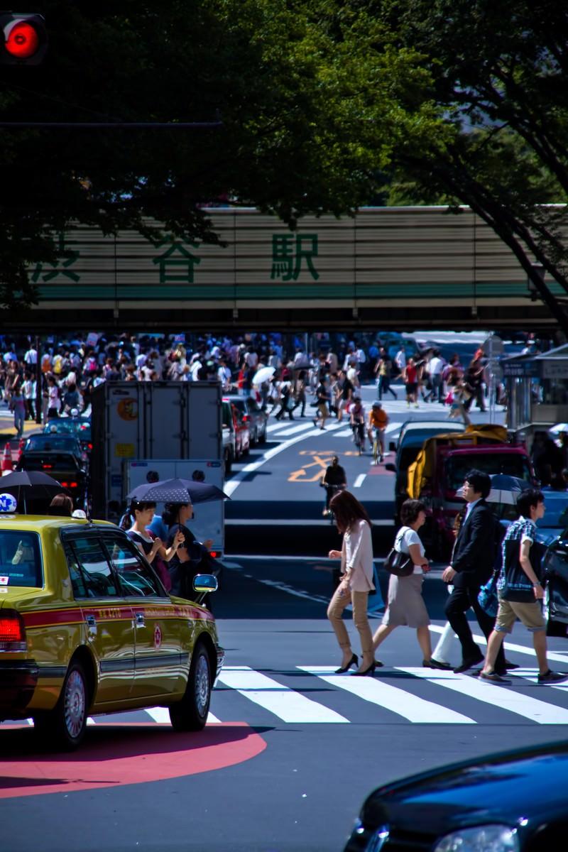 「人が行き交う渋谷駅前」の写真
