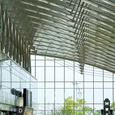 人で溢れるターミナルの写真