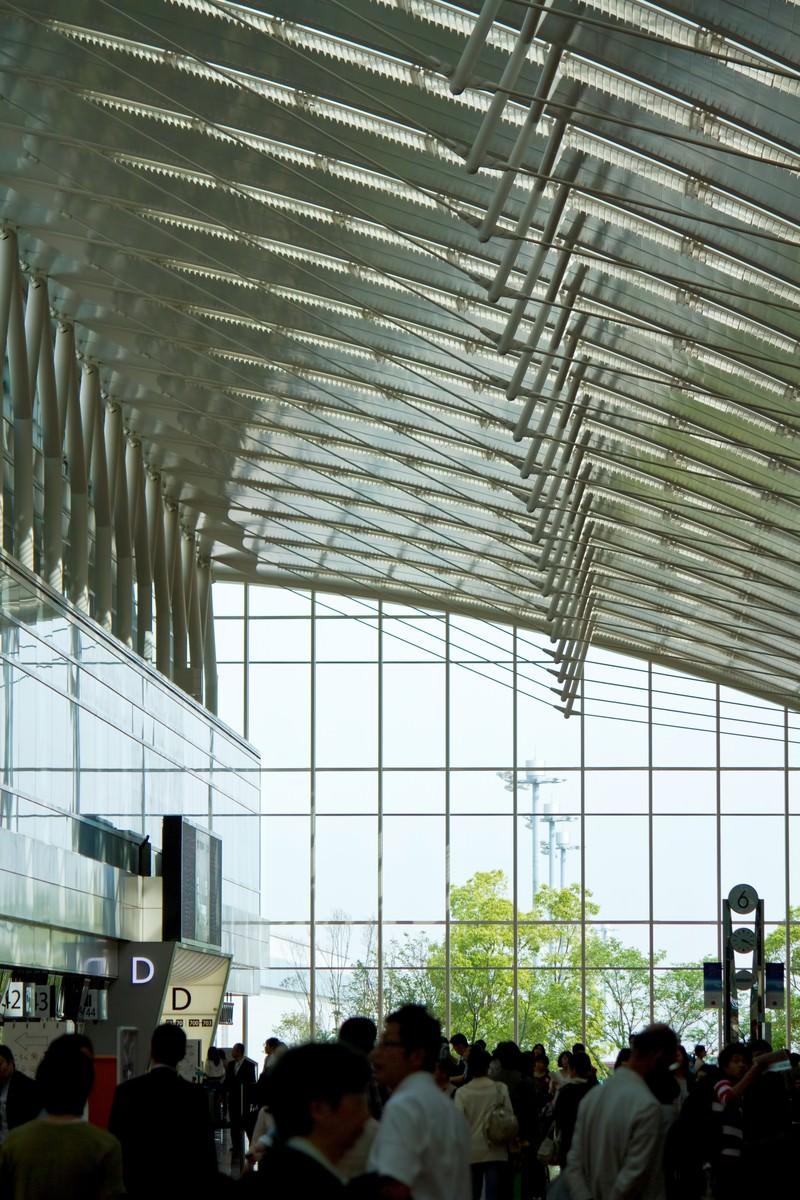 「人で溢れるターミナル」の写真