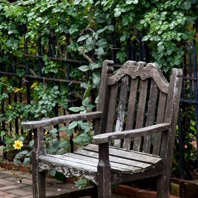 「古い洋風のベンチ」の写真素材