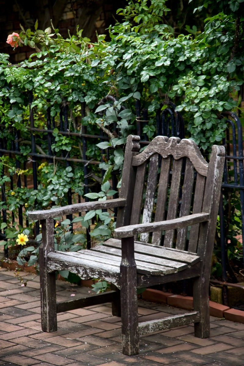 「古い洋風のベンチ」の写真