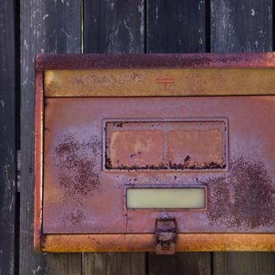 錆びついた郵便受けの写真