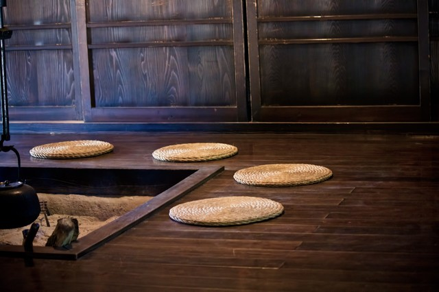 囲炉裏と丸座布団の写真