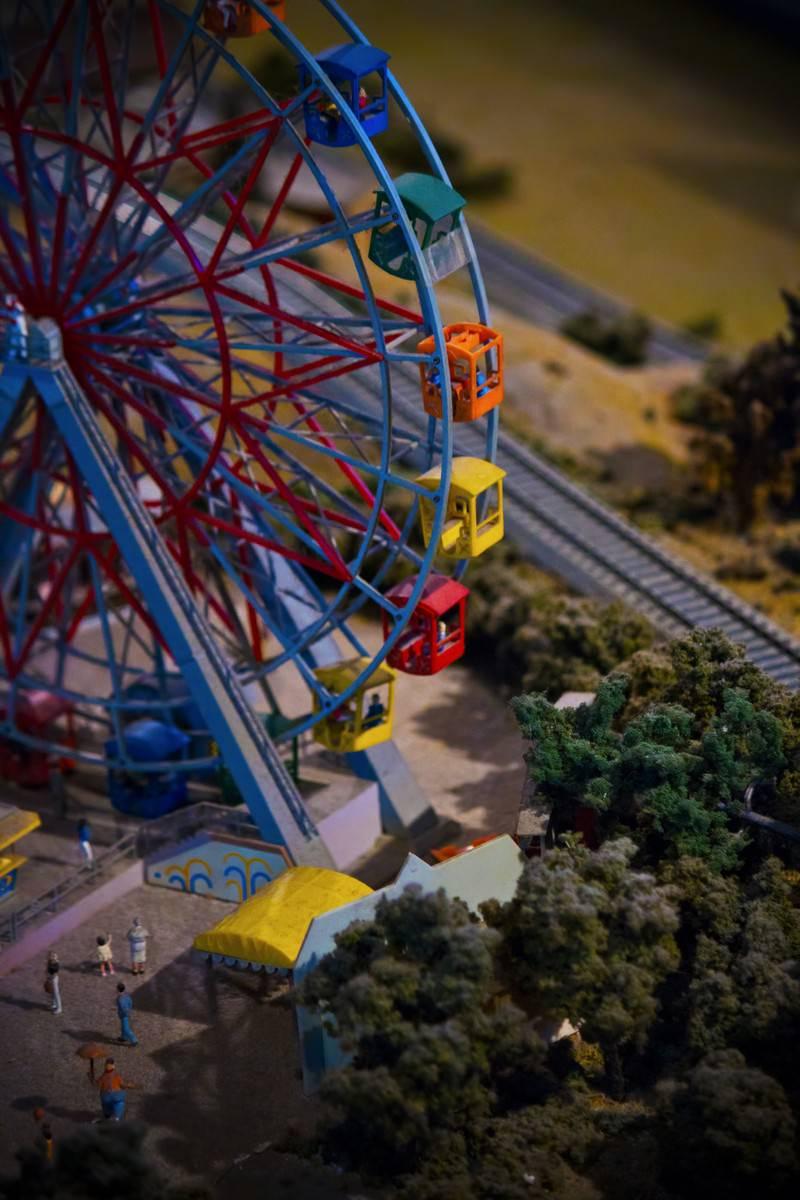 「ミニチュア遊園地の観覧車」の写真