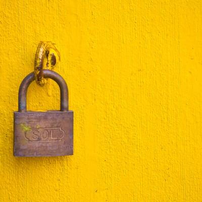 「黄色い壁と南京錠」の写真素材