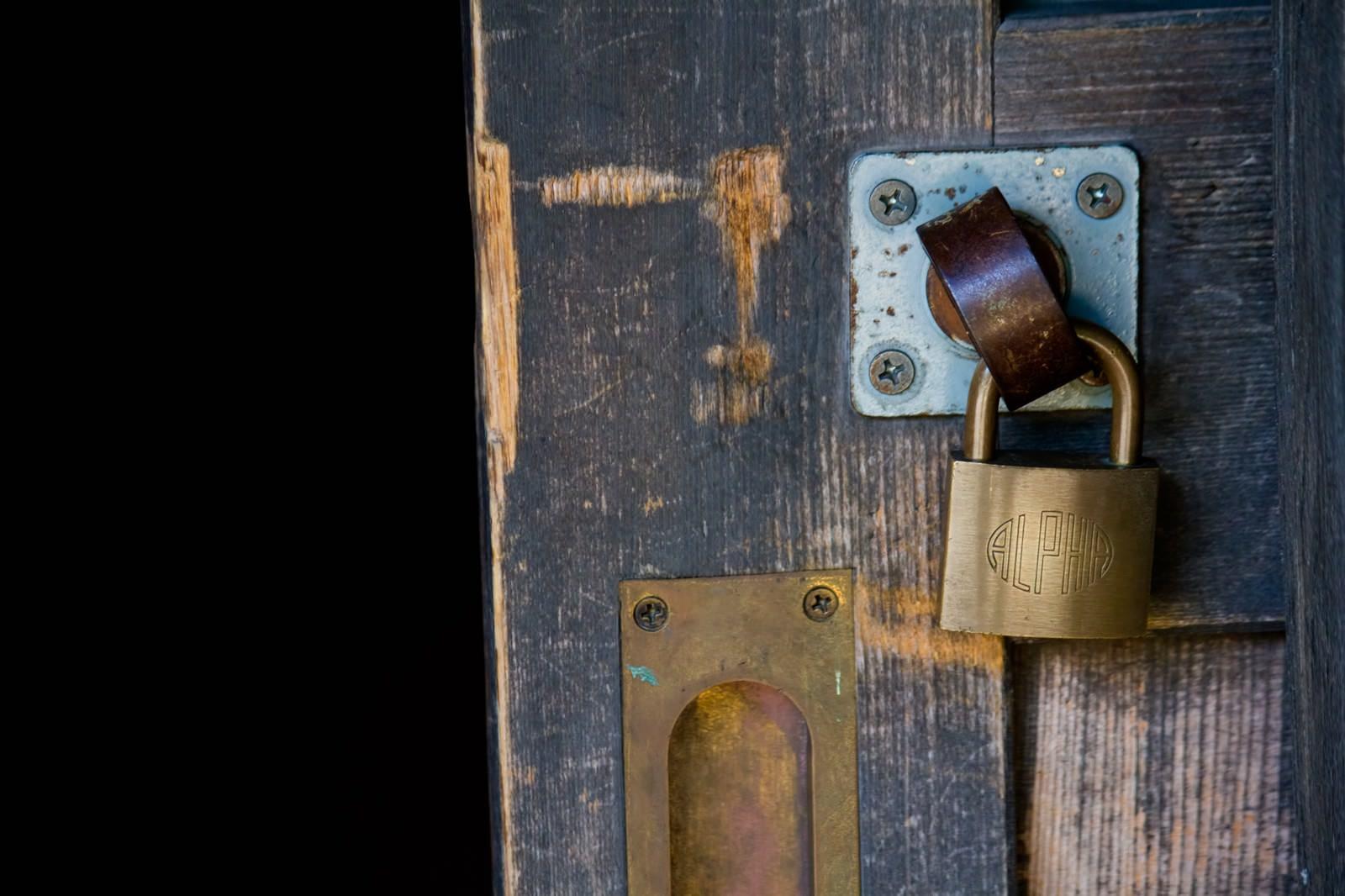 「木製扉と南京錠」の写真