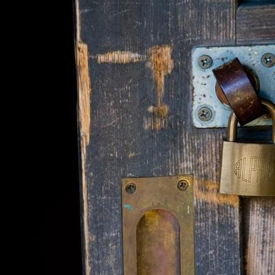 「木製扉と南京錠」の写真素材