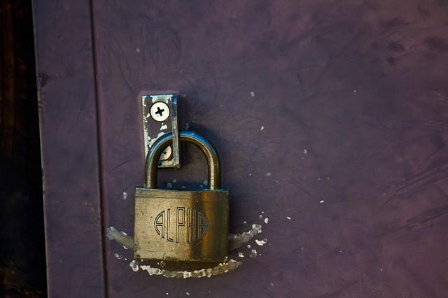 傷ついた扉と南京錠の写真