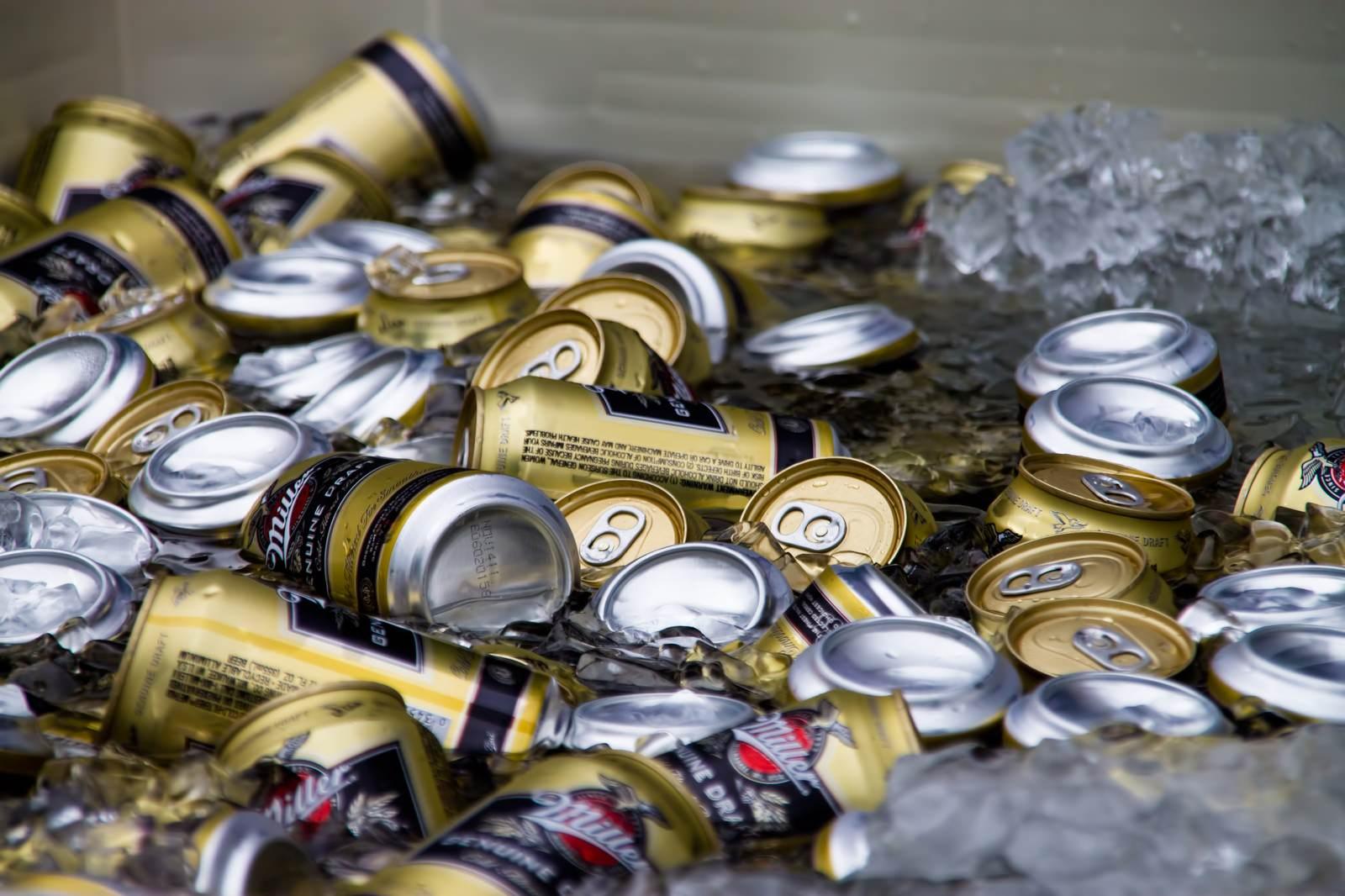 「氷でキンキンに冷やされたビール」の写真