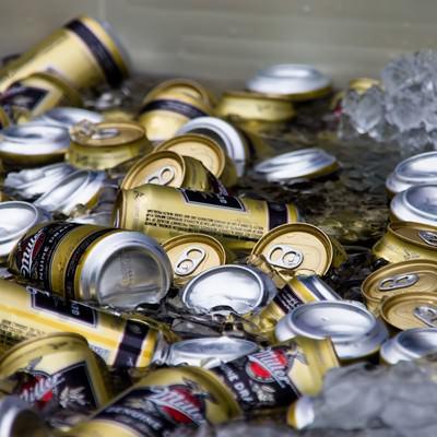 「氷でキンキンに冷やされたビール」の写真素材