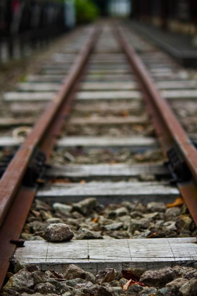 まっすぐ続く線路の写真