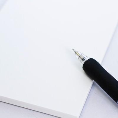「メモとシャーペン」の写真素材