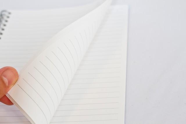めくられるノートの写真