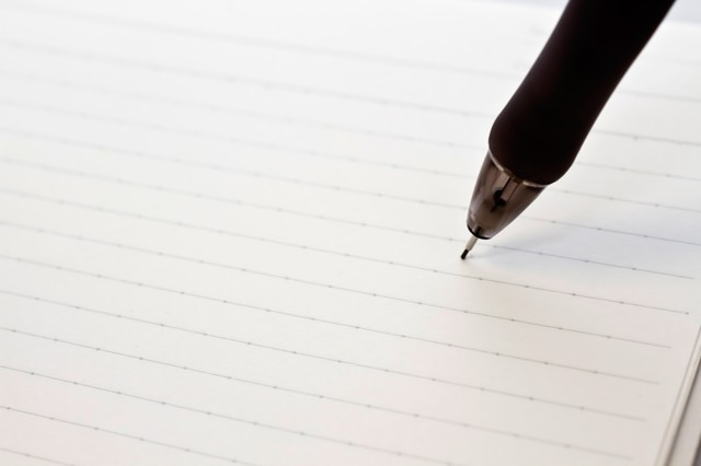 ノートに書き込むペンの写真