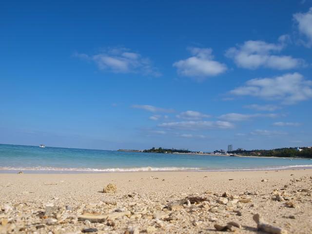 沖縄の白い砂浜の写真