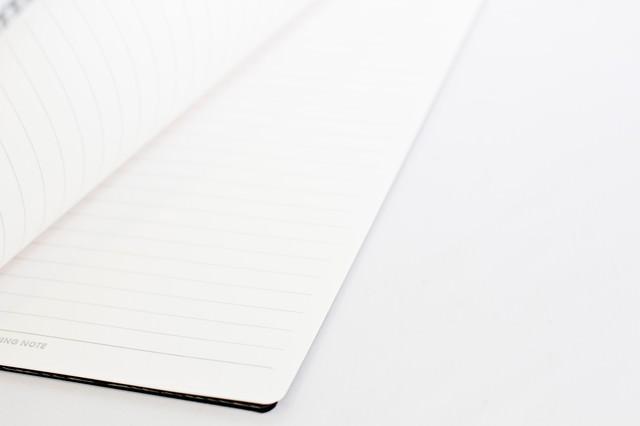 ページを開かれるノートの写真
