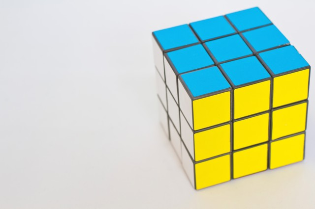 3面揃ったルービックキューブの写真