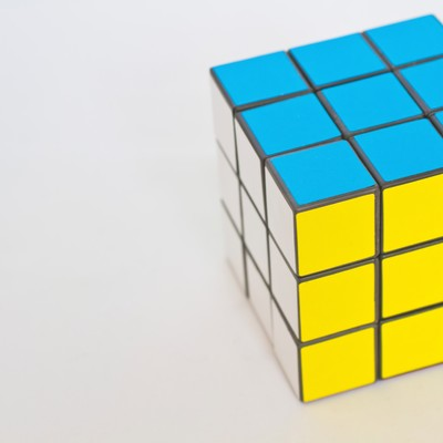 「3面揃ったルービックキューブ」の写真素材