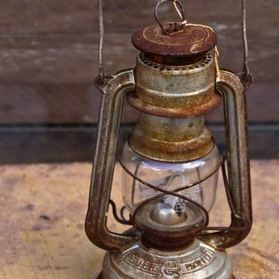 錆びたランタンの写真