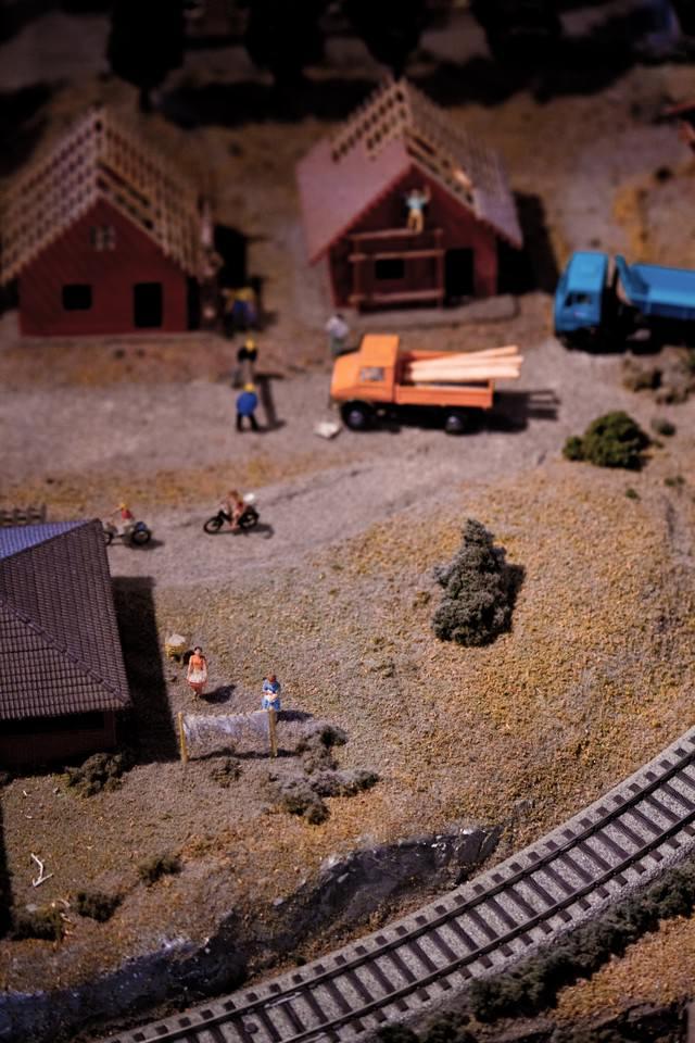 線路のある町(ミニチュア)の写真