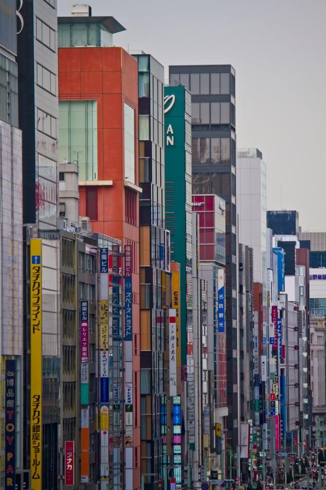 新橋の駅前のビルの写真
