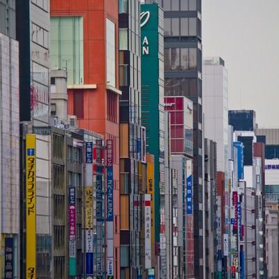 「新橋の駅前のビル」の写真素材