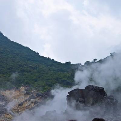 水蒸気が立ち上る大涌谷の写真