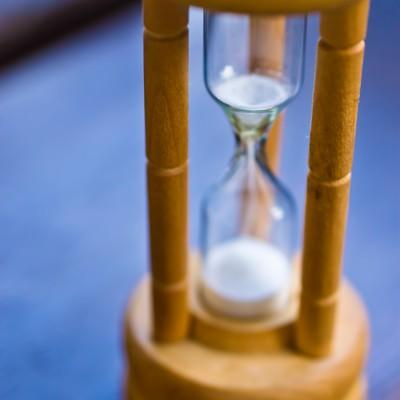 「白い砂時計」の写真素材
