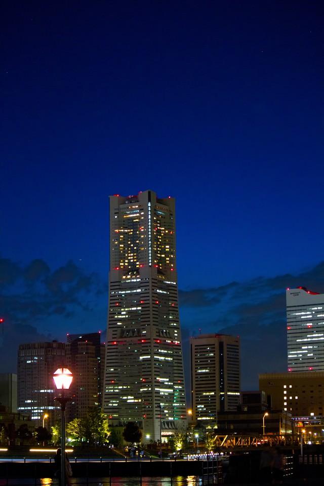 夜景とランドマークタワーの写真
