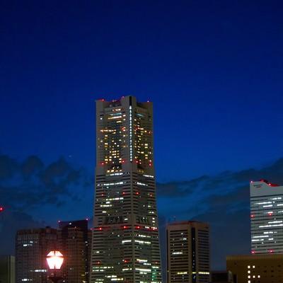 「夜景とランドマークタワー」の写真素材