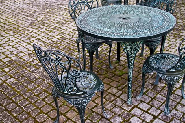 洋風のテーブルと椅子の写真