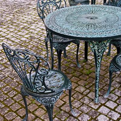 「洋風のテーブルと椅子」の写真素材