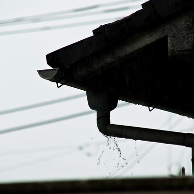 「雨どいとしたたる雨」の写真素材