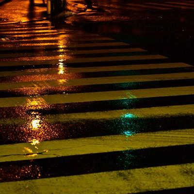雨に濡れた横断歩道の写真