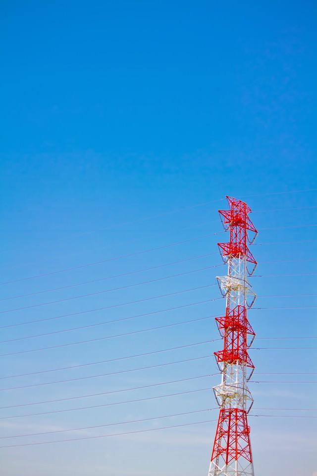 青い空と送電線の写真