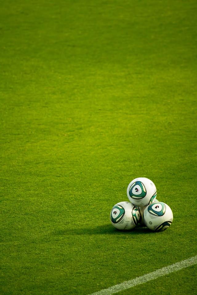 グランドに置かれたサッカーボールの写真