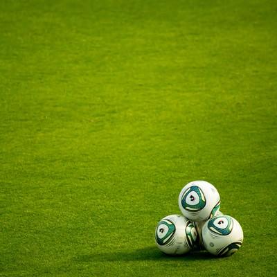 「グランドに置かれたサッカーボール」の写真素材