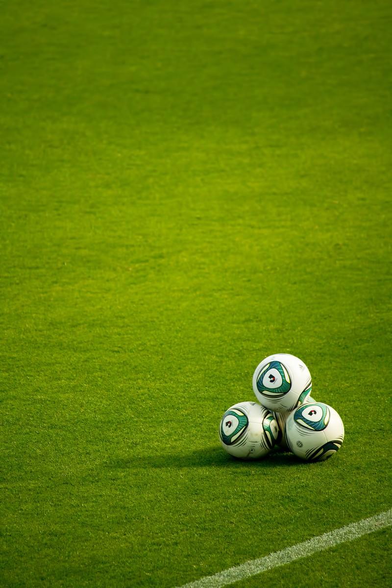 「グランドに置かれたサッカーボール」の写真