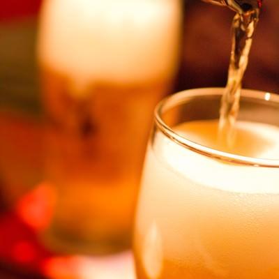 グラスに注がれるビールの写真