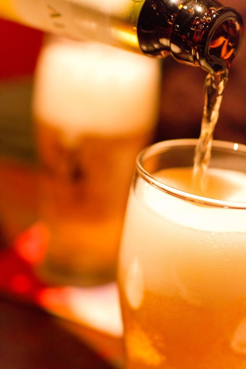 「グラスに注がれるビール」の写真