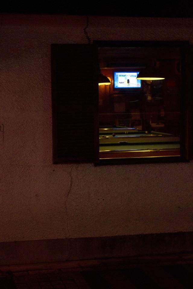 ショットバーとビリヤード(窓)の写真