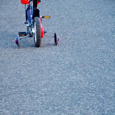 「補助輪付き自転車」の写真素材