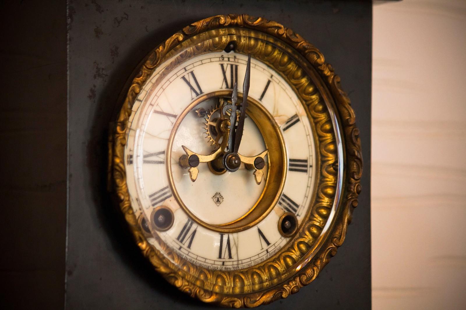 「アンティークな掛時計」の写真