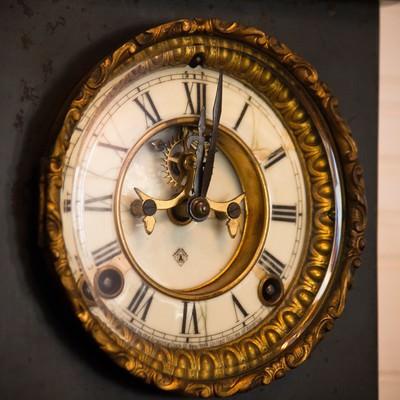 アンティークな掛時計の写真